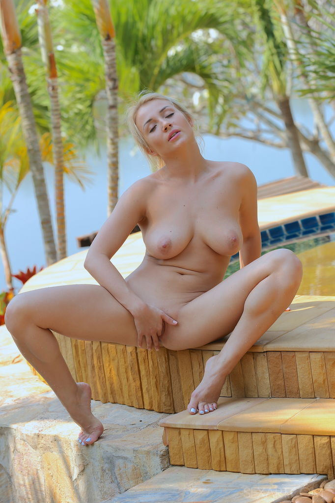 shaved-pussy-at-pool