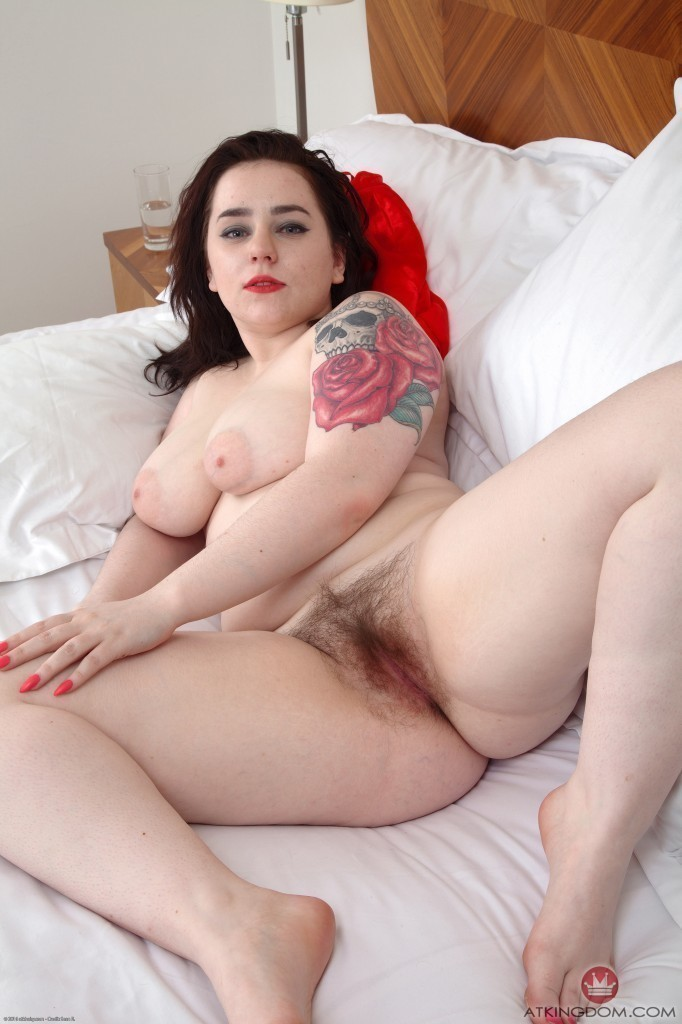 Chubby Amateur Girl Veronica Spreading Her Hairy Bush Apar Morazzia 1