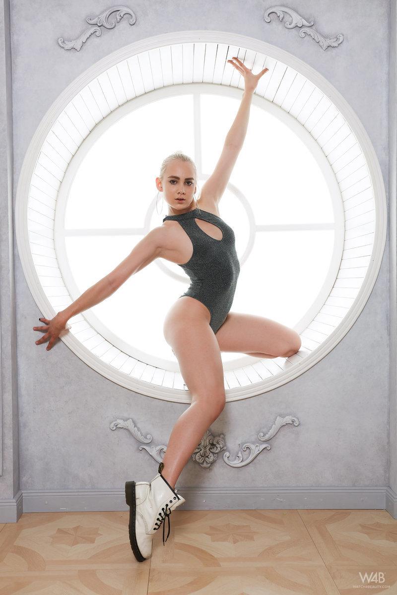 Flexible Blonde Girl Porn - Flexible blonde dancer posing nude at Brdteengal