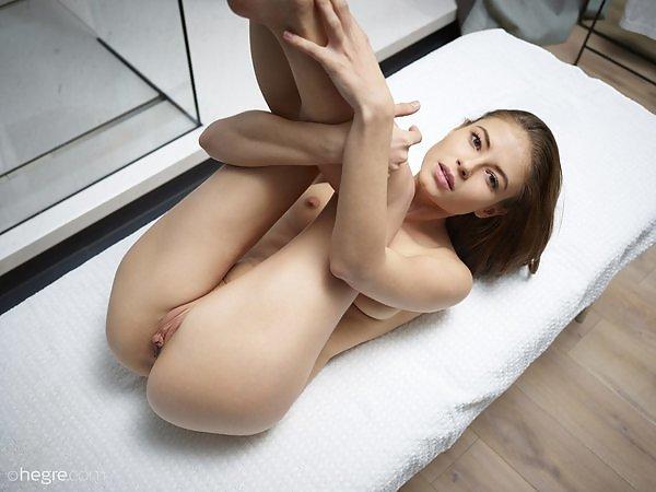Jenna in Extreme posing
