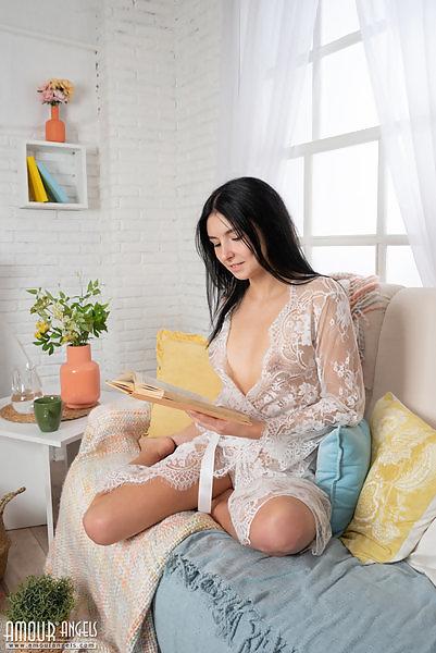 Sonja in naked reading