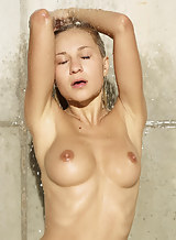 Busty blonde babe Darina gets soaked and horny in the shower