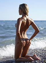 Darina plays naked at the beach to show off her perfect body