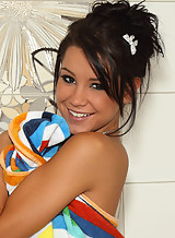 Flat-chsted brunette toying her shaved pussy in the shower